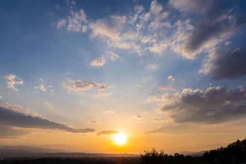 山並みに沈む夕日(夕焼け)の写真素材