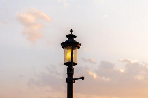 夕暮れ時の街頭の写真素材