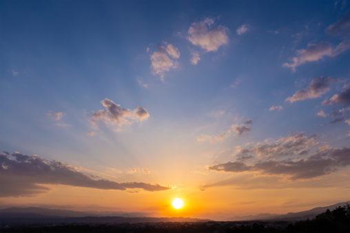 山並みに沈む夕日(夕焼け)02の写真素材