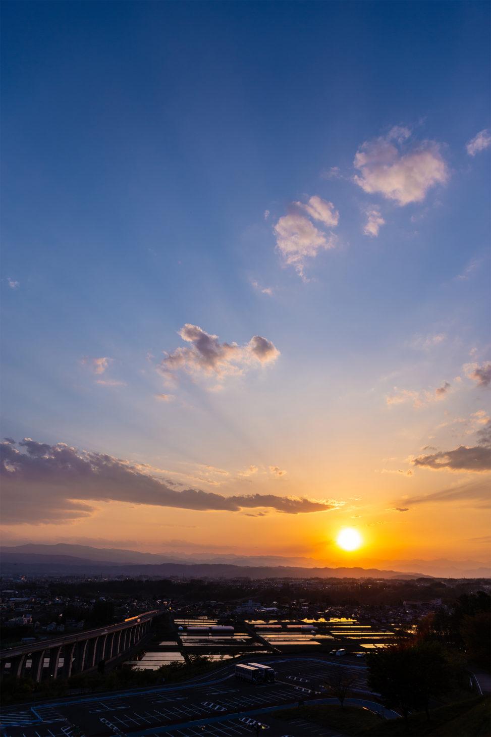水田に反射する夕日(夕焼け)03の写真素材