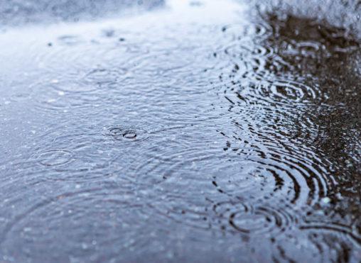 水溜まりと波紋の写真素材