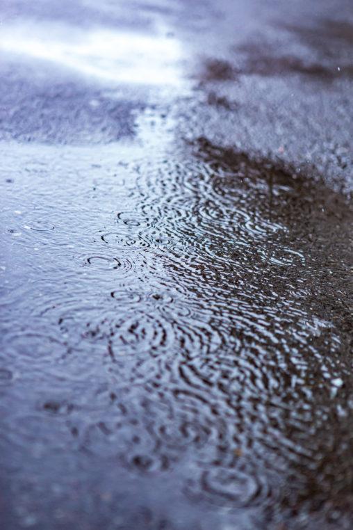 水溜まりと波紋02の写真素材