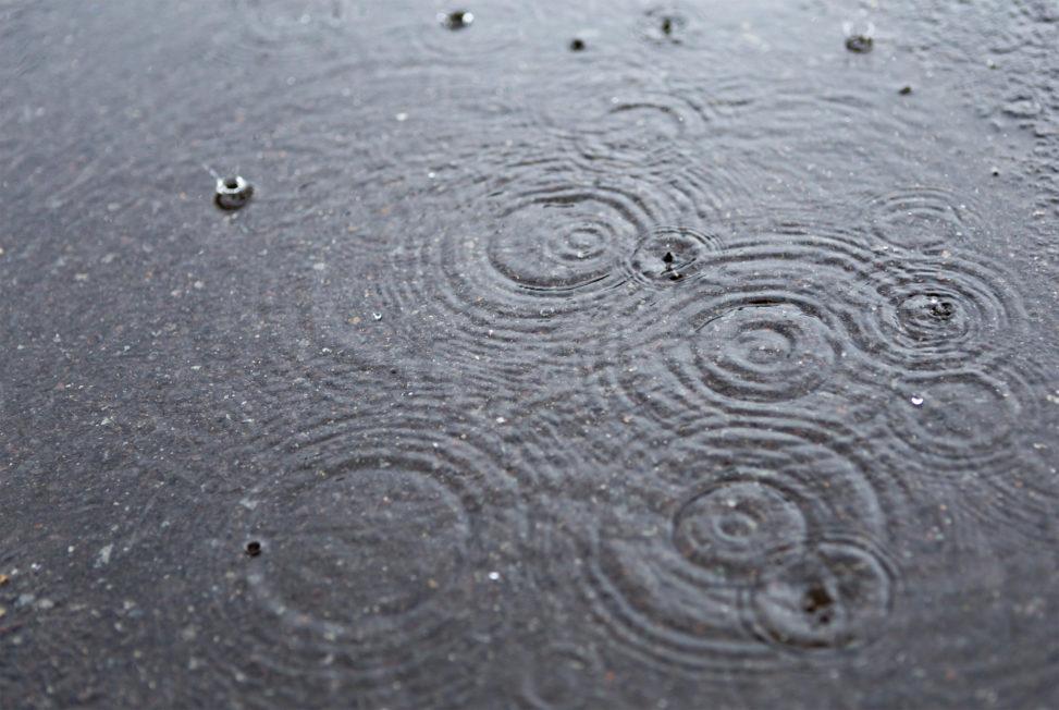 水溜まりと波紋04の写真素材