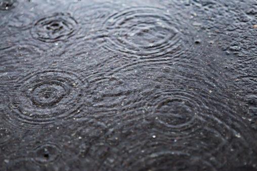 水溜まりと波紋05の写真素材