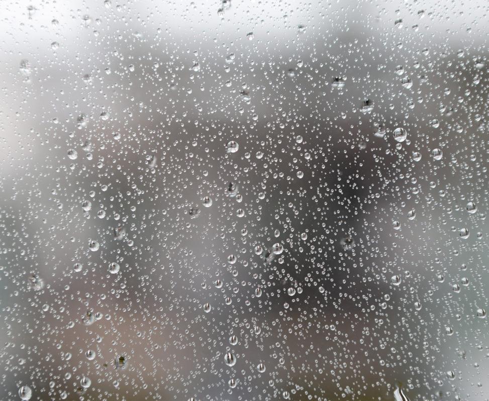 窓ガラスと水滴の写真素材