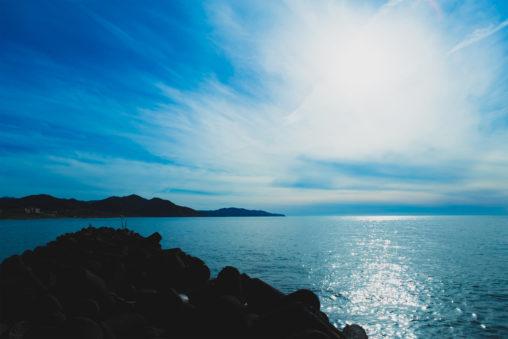 太陽光が海面にキラキラ反射している風景の写真素材