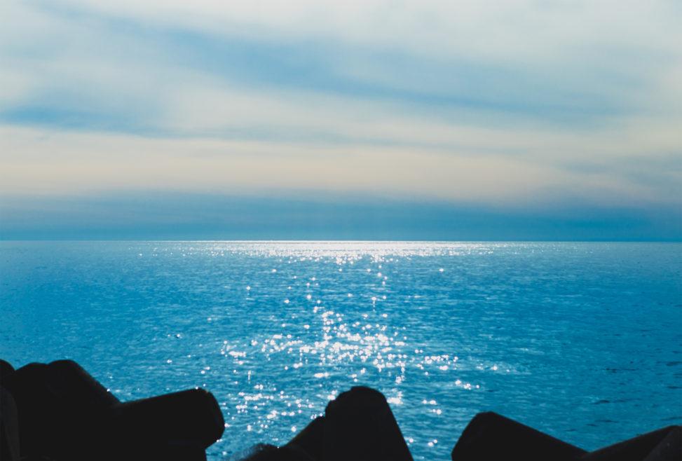 太陽光が海面にキラキラ反射している風景02の写真素材