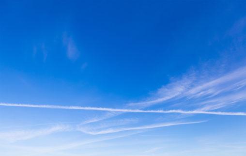 飛行機雲と青空の写真素材