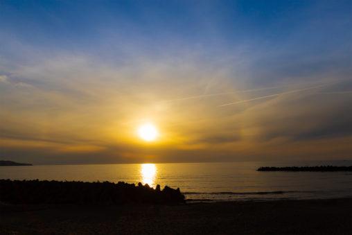 日本海に沈む夕日の写真素材