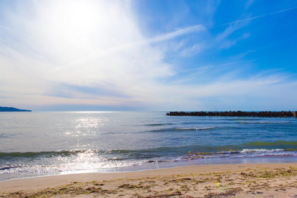 太陽光が海面にキラキラ反射している風景03の写真素材