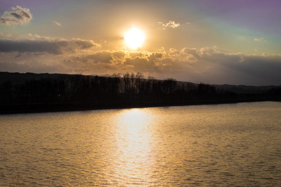 湖と夕日(夕焼け)の写真素材