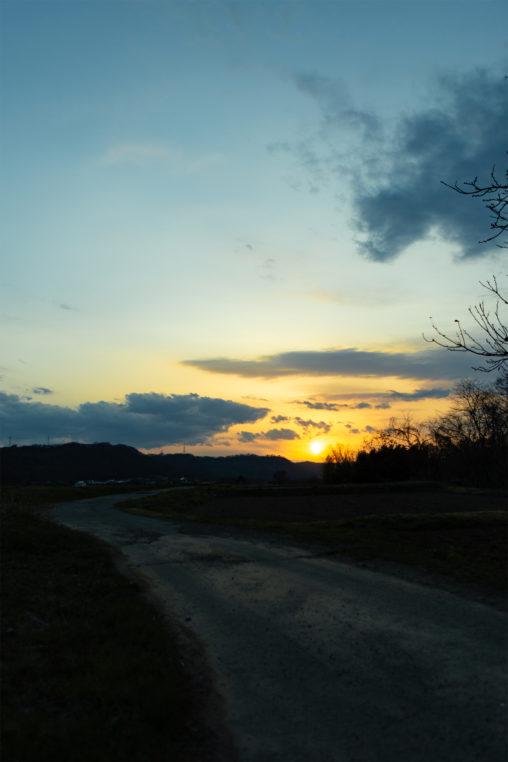 田舎道と夕日(夕焼け)02の写真素材