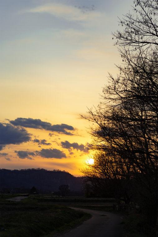 山に沈む夕日(夕焼け)の写真素材
