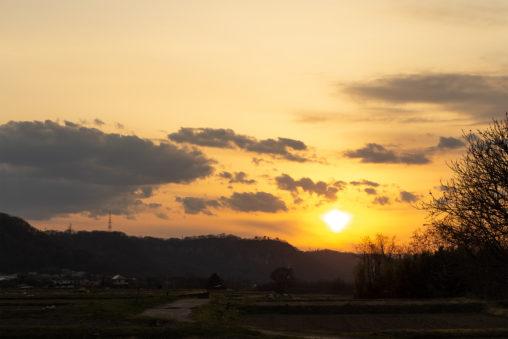 山に沈む夕日(夕焼け)02の写真素材