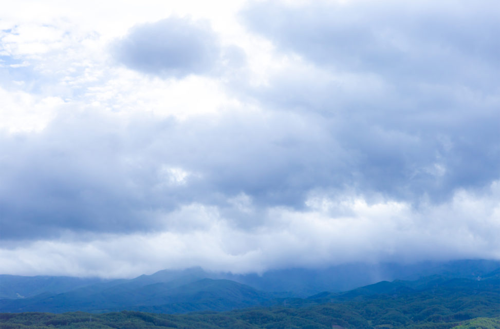 曇り空と山並みの風景の写真素材
