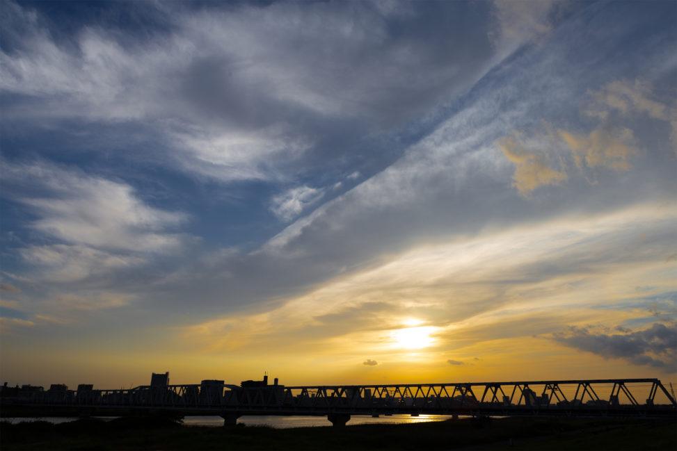 鉄橋と夕日の写真素材