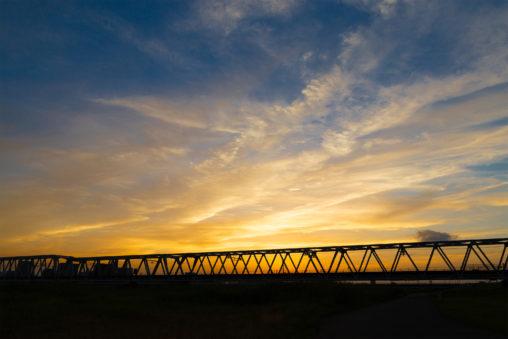 鉄橋と夕焼けの風景の写真素材