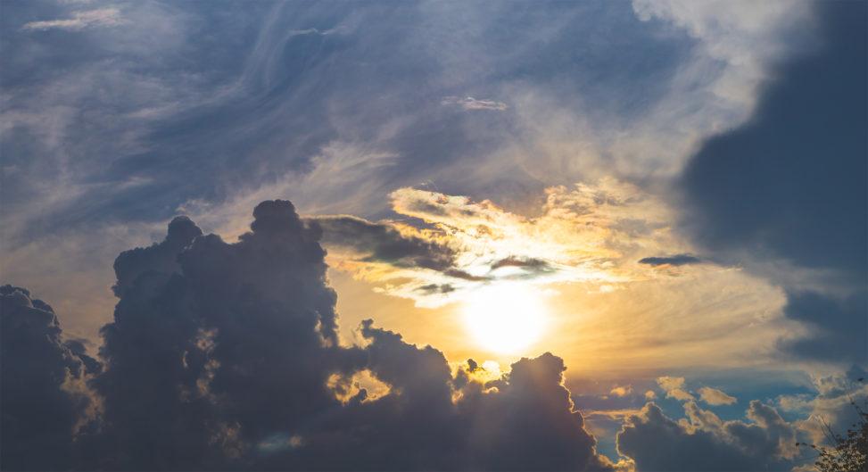 ダイナミックな雲と太陽の写真素材