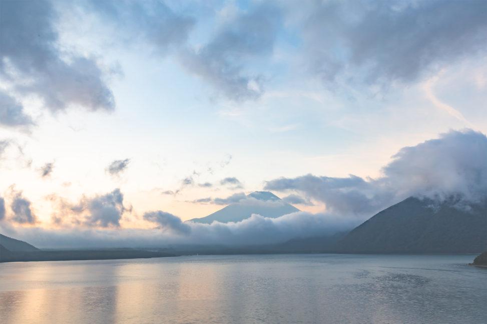 富士山と本栖湖の朝焼けの写真素材
