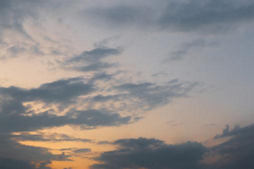 夕暮れ時の空と雲の写真素材