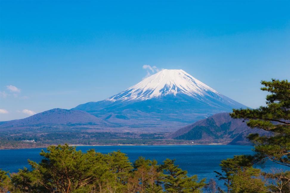 本栖湖と富士山のフリー写真素材