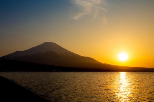 山中湖と富士山と夕日のフリー写真素材
