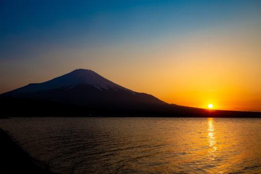 富士山と沈む夕日のフリー写真素材