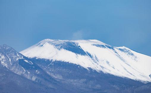 雪が積もった浅間山のアップのフリー写真素材