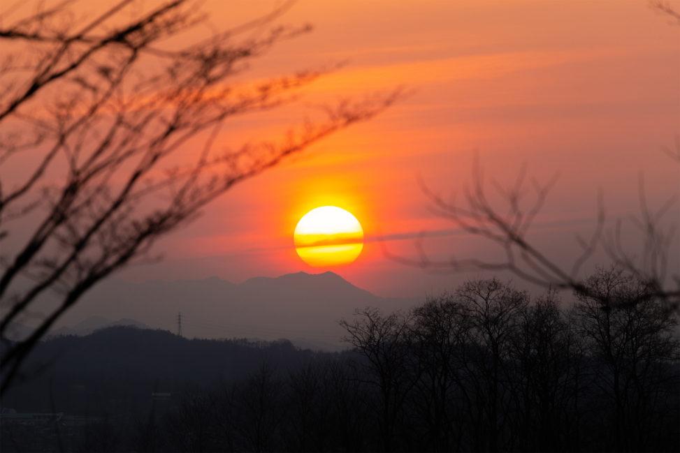 筋状の雲と夕日のフリー写真素材
