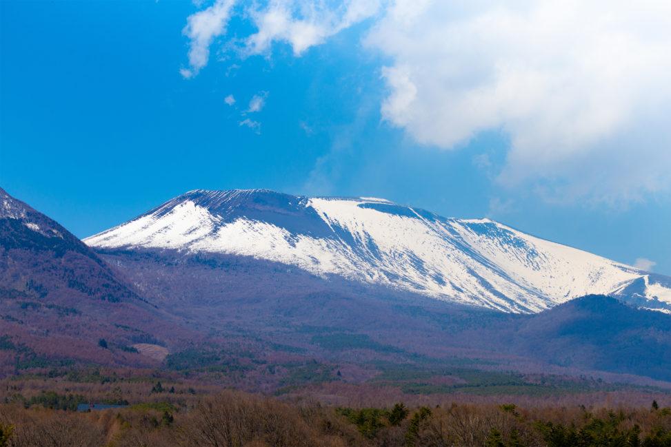 雪が積もった浅間山のフリー写真素材