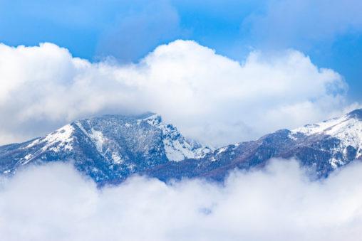 雪の黒斑山と雲のフリー写真素材