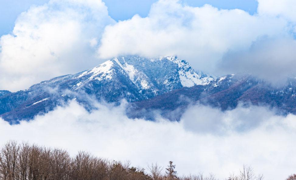 雪の黒斑山と雲02のフリー写真素材