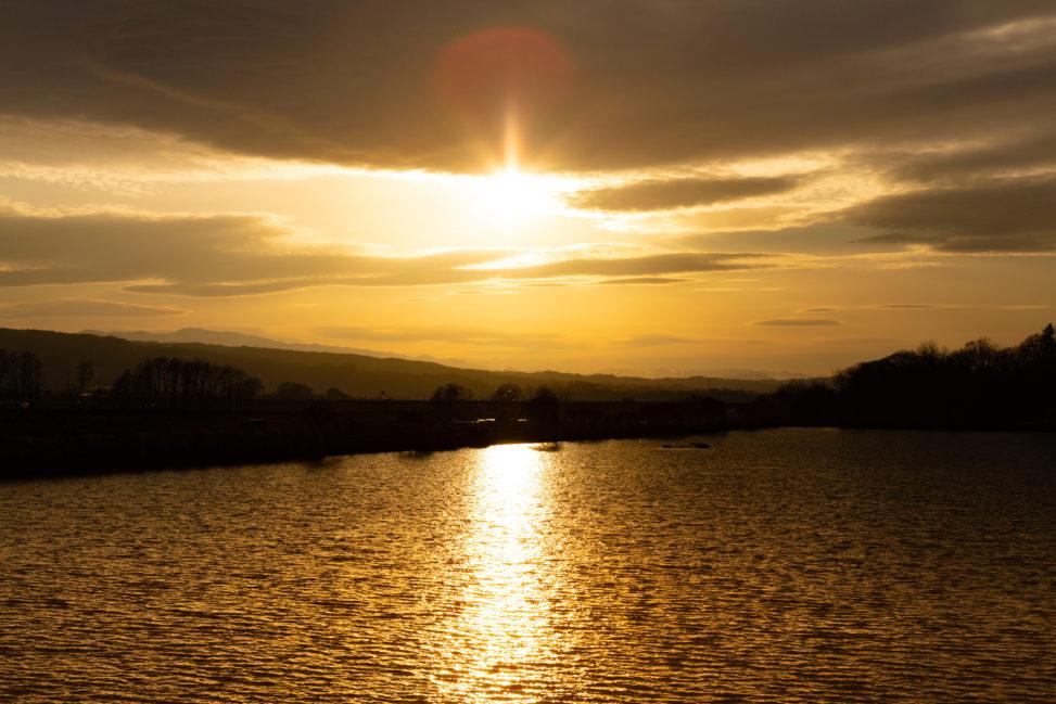湖と夕日(夕焼け)02のフリー写真素材