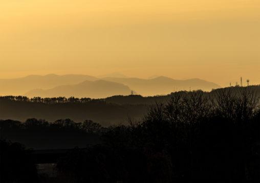 夕暮れ時の山並みのフリー写真素材