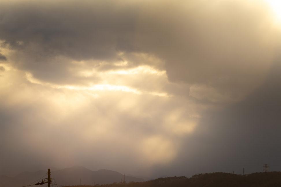 夕方の雲間からの日差しのフリー写真素材