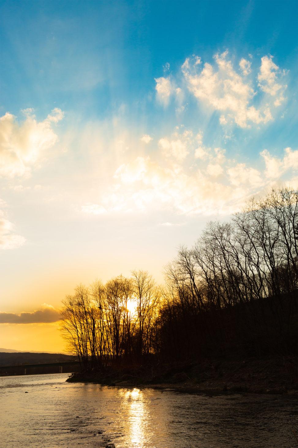 夕空と千曲川のフリー写真素材
