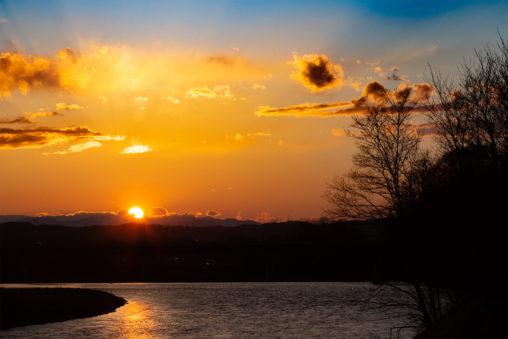千曲川の向こうに沈む夕日のフリー写真素材