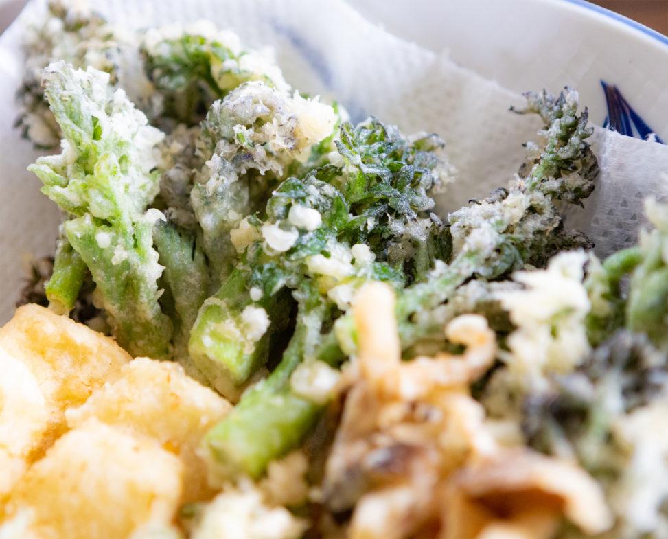 タラの芽や山菜の天ぷらの盛り合わせのフリー写真素材