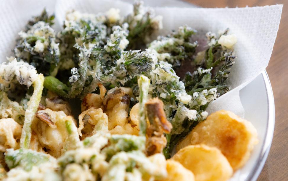 タラの芽や山菜の天ぷらの盛り合わせ02mpフリー写真素材