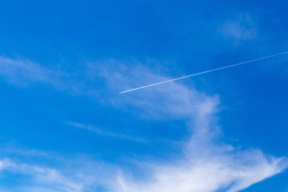 快晴の空と飛行機雲のフリー写真素材