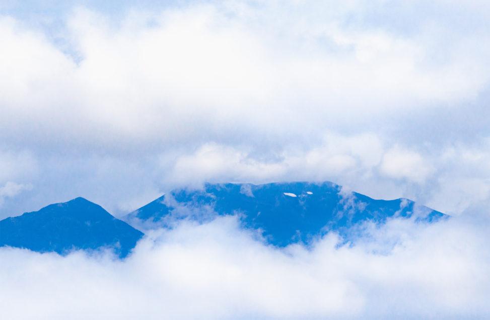 雲に覆われた春の浅間山のフリー写真素材