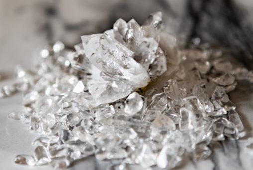 さざれ石(細石)と水晶クラスターのフリー写真素材