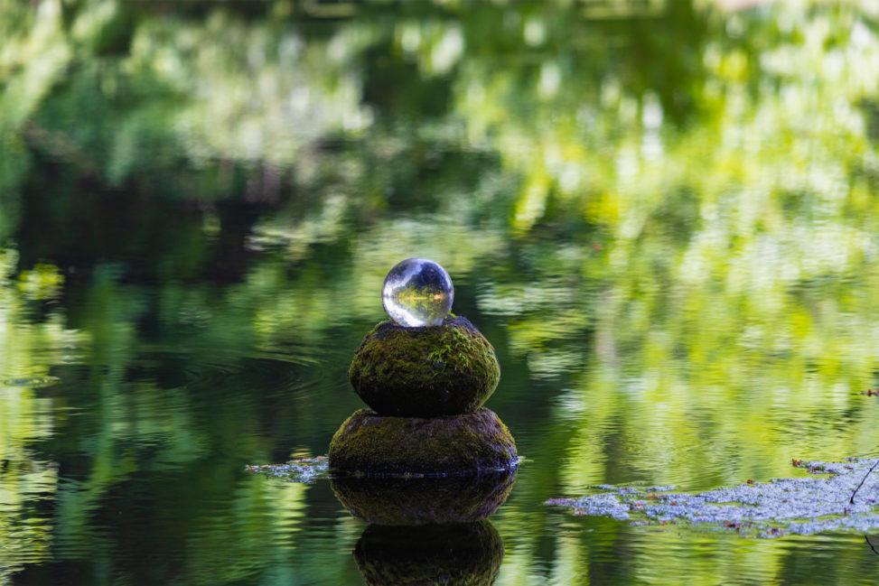 池と水晶玉のフリー写真素材