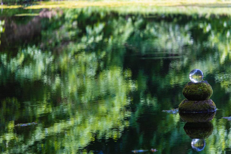 池と水晶玉02のフリー写真素材