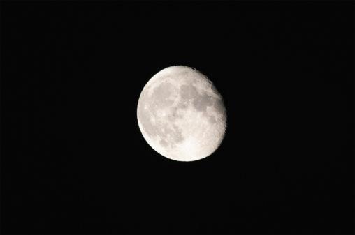 夜空の月のフリー写真素材