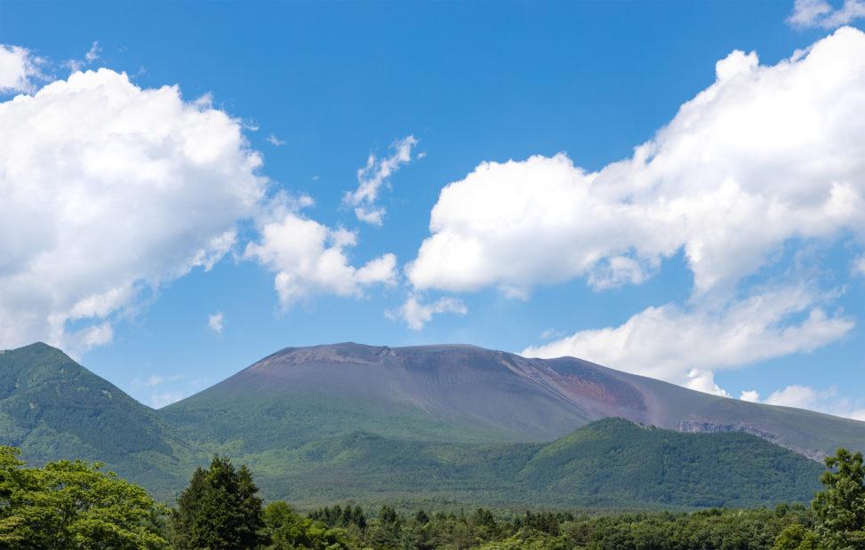 晴天の空と初夏の浅間山のフリー写真素材