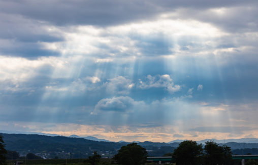 夕方の後光・薄明光線のフリー写真素材