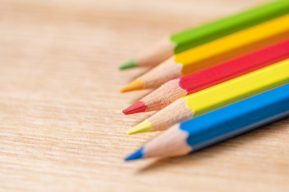 色鉛筆/木目背景の写真