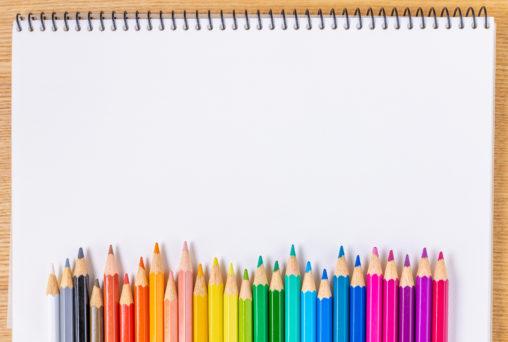 色鉛筆とスケッチブックのフレーム・飾り枠の写真