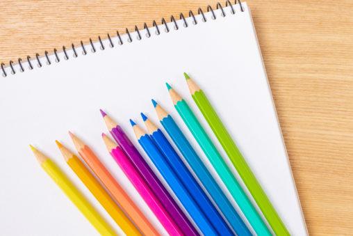 スケッチブック と色鉛筆の写真